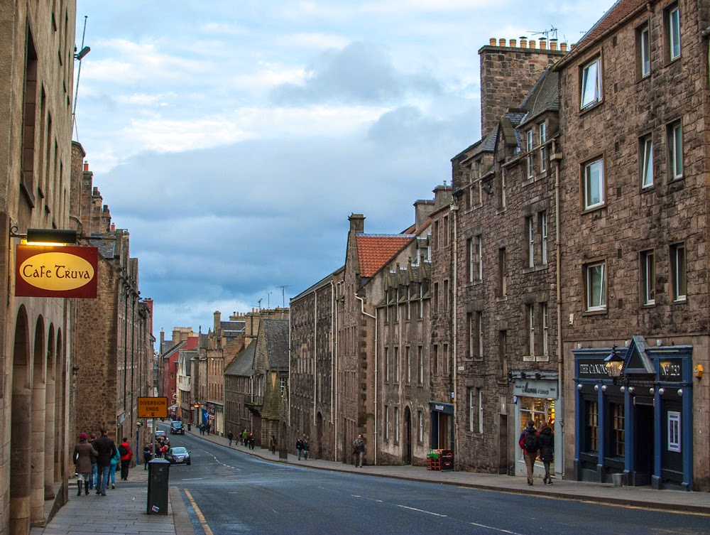 exploring Edinburgh city streets in a day