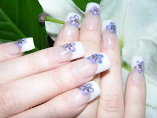 flor roxa nas unhas