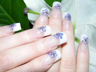 flor roxa nas unhas