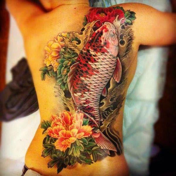 Tatuaje pez koi grande en la espalda a color