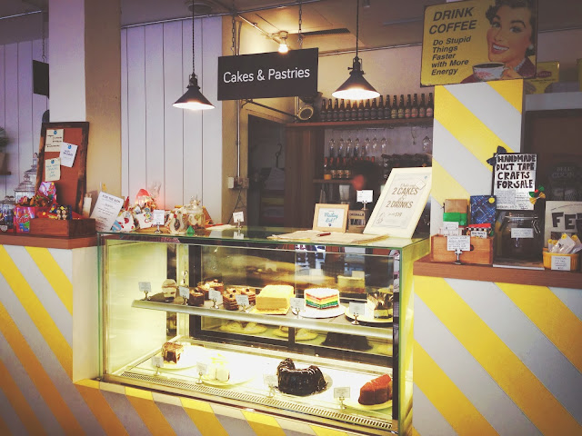 W39 Bistro & Bakery Cake Display