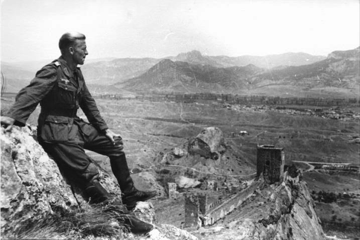 Немецкий солдат на фоне Генуэзской крепости в Судаке