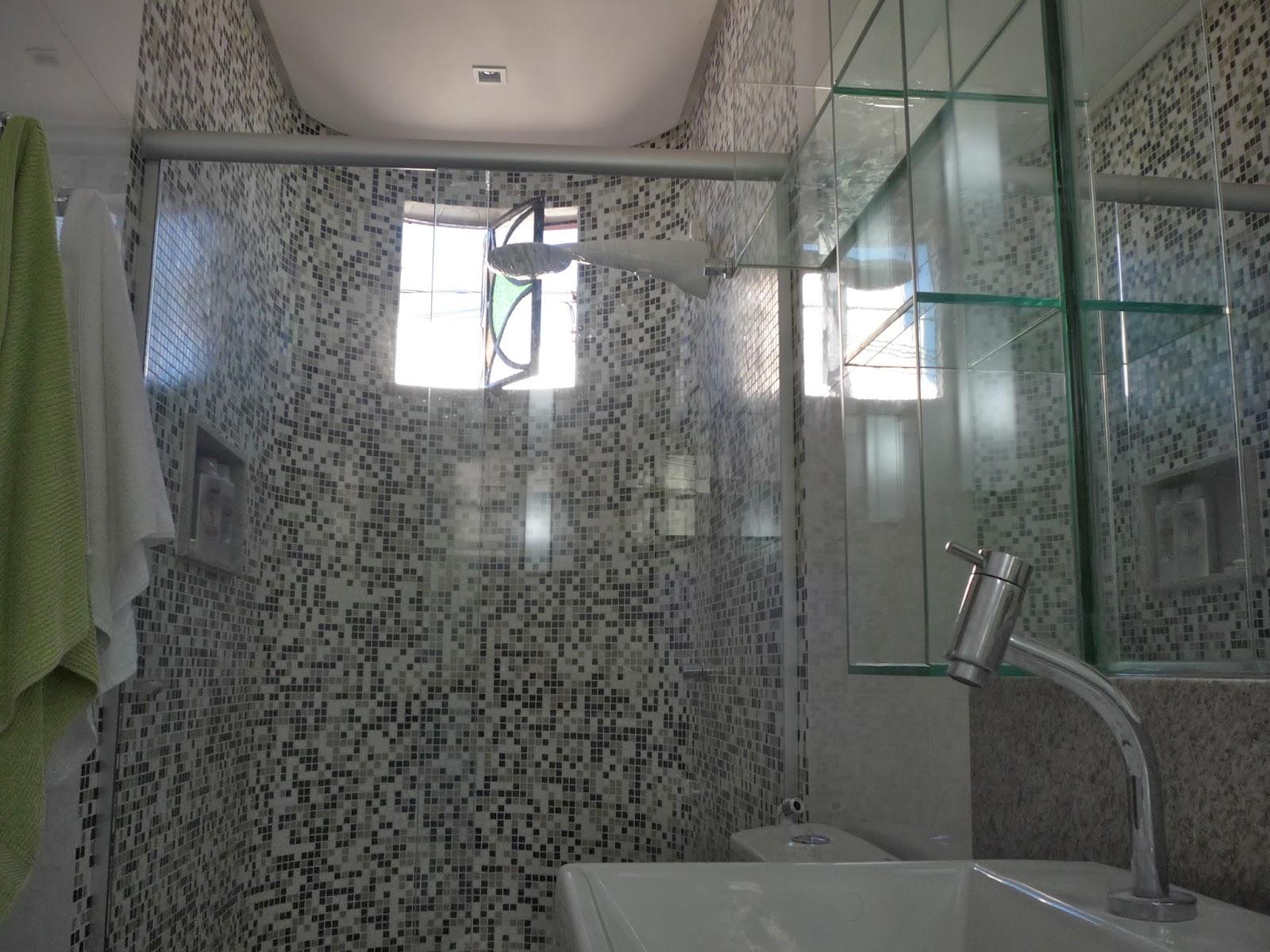 ROBERTO WAGNER ARAÚJO Arquitetura & Interiores: JOGO DE CORES: PRETO  #4F617C 1600x1200 Banheiro Com Pastilha Branca E Preta