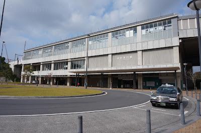 成田湯川駅正面