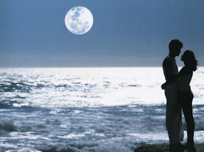 كيف تتصرفين مع أهلك ليقتنعوا بحبيبك  - رجل وامرأة حبيبته ضوء القمر - lovers at moon light