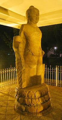 Arca Buddha langgam Amarawati setinggi 2,77 meter, ditemukan di situs Bukit Seguntang, Palembang, abad ke-7 sampai ke-8 M.