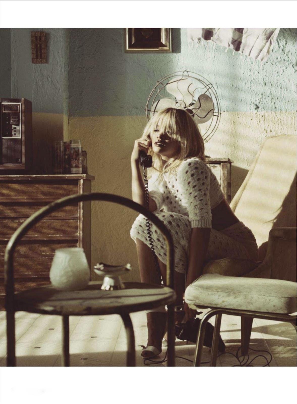 ... ao telefone, sentiu-lhe a respiração e mandou-lhe um beijo...