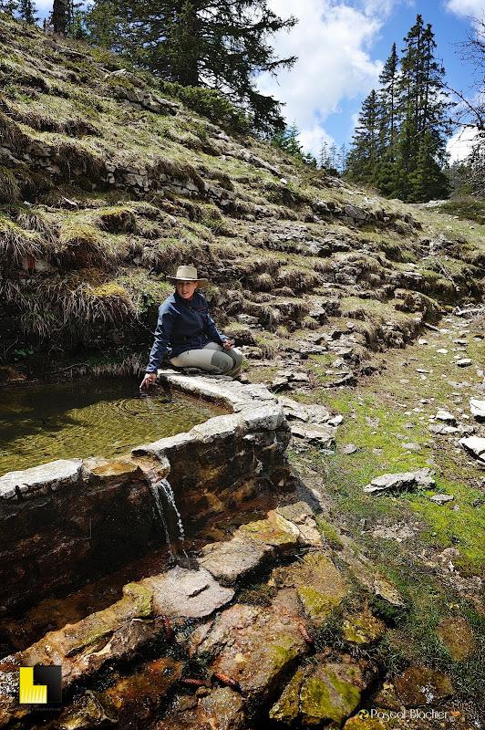 valérie blachier fait une pause à la fontaine du pichet sur le vercors photo pascal blachier