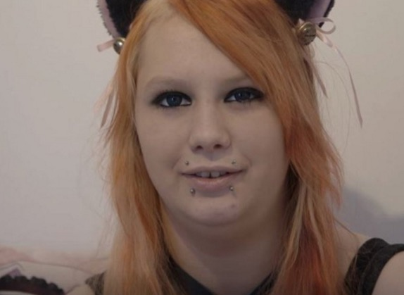 Gadis yakin dirinya seekor kucing dan bukan manusia