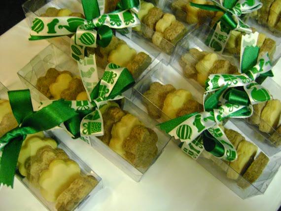 caixa transparente com 8 florzinhas de biscoitos
