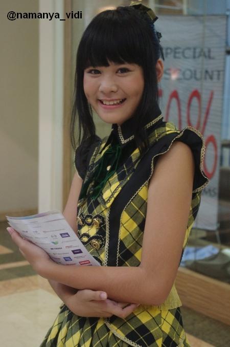 Delima JKT48 saat sedang membagikan flyer di plasa senayan