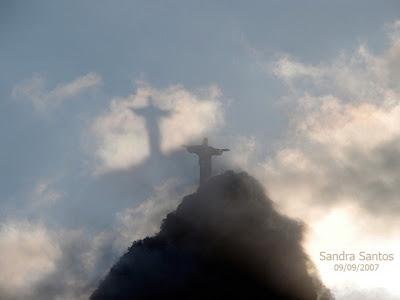 foto do Cristo Redentor nas nuvens