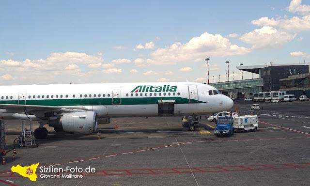 Alitalia Flugzeug am Flughafen von Catania