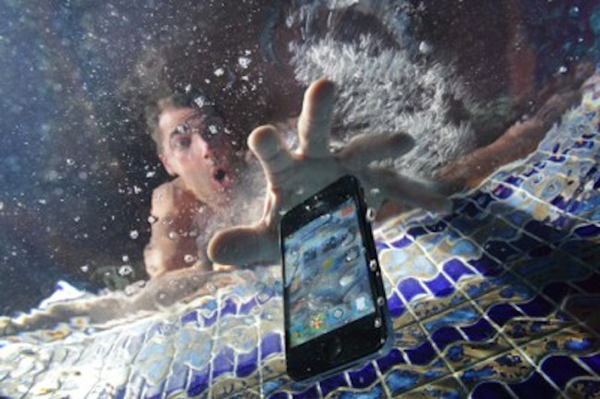 كيف تصلح هاتفك بعد سقوطه في الماء!  (طريقة اخرى غير استعمال الأرز)