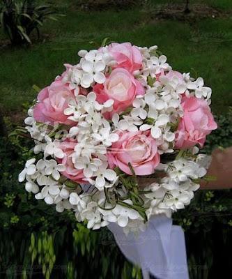 buquê com rosas brancas com florzinhas brancas