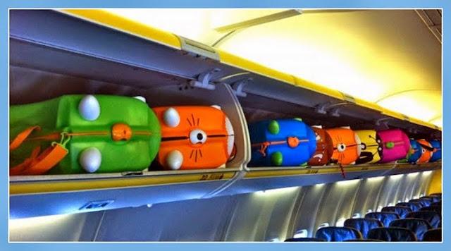 Maletas Trunki dentro de los compartimentos del equipaje de cabina de un avión