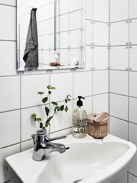 Lavabo blanco en vivienda pequeña