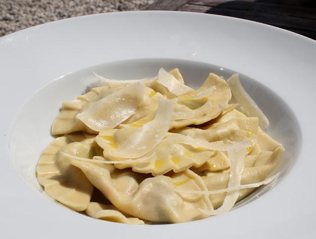 frische Ravioli mit Parmesanspänen