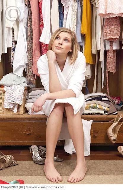 http://1.bp.blogspot.com/-uQ_EvJTtzjs/T35I3HlO3kI/AAAAAAAAECw/2kvCiGy-9W8/s1600/woman_sitting_in_her_closet_12mp0098rf.jpg