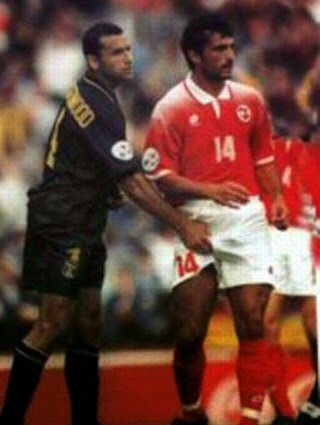 smešna slika: fudbaler steže m*da protivnika