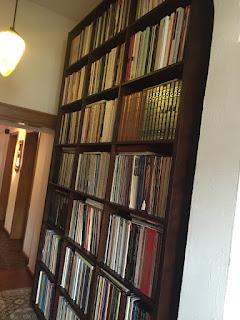 Regale voller Schallplatten - Im Orbit von Spotify, Netflix und AmazonPrime