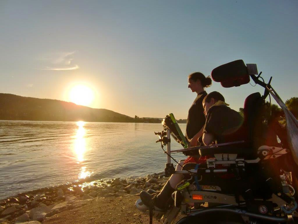 Behinderung behindert Rollstuhl E-Rolli Rhein Sonnenuntergang Schwestern
