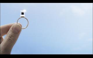 Artista cria anéis com jóias de poluição através de projeto inovador. A poluição do ar afeta a vida de todas as pessoas, principalmente nas grandes cidades. A solução ainda está distante, mas um artista holandês criou um projeto criativo para amenizar o problema.   Daan Roosegaarde pretende usar o ar poluído como fonte para criar joias. O equipamento para retirar a poluição do ar e usá-la como matéria-prima foi batizado de Smog Free Tower (Torre Livre de Poluição), uma torre de 7 metros de altura projetada para limpar o ar de parques e outros espaços públicos. Como a poluição é primordialmente composta de carbono, mesmo material que compõe os diamantes, Roosegaarde teve a ideia de comprimi-la em cubos, que podem ser usados para fazer anéis e outras joias.