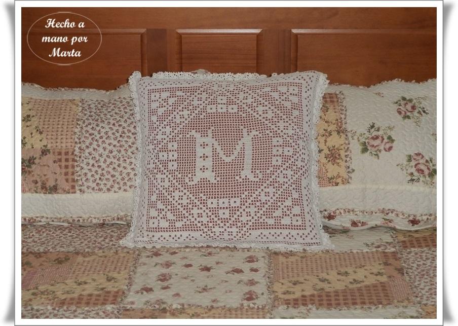 Las manualidades de marta cojin de crochet con inicial y - Cojin de crochet ...