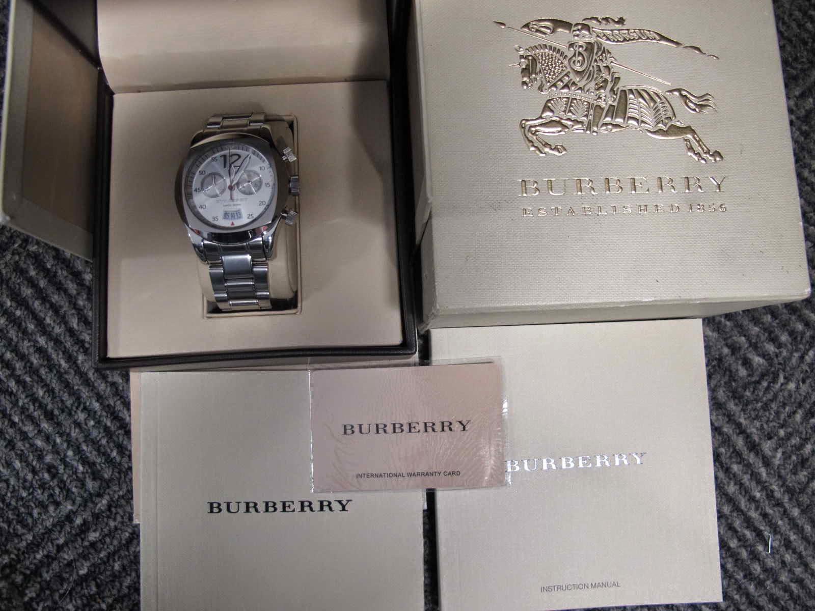 Kondisi SUPERB masih bagus sekali lengkap dengan box manual dan warranty card Cocok untuk Anda yang sedang mencari jam tangan dengan model