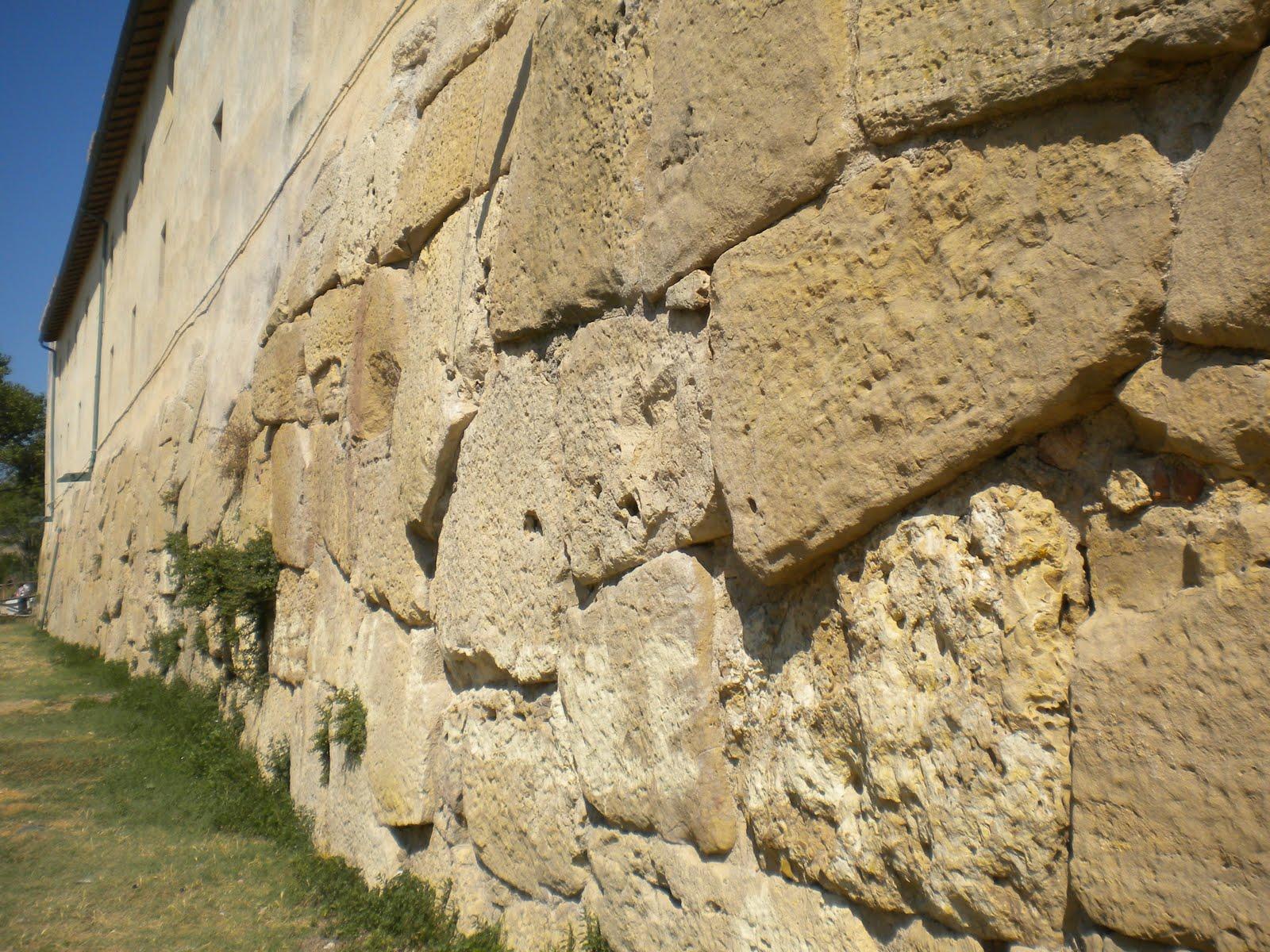 Resti delle mura poligonali di Pyrgi Foto johncristiani