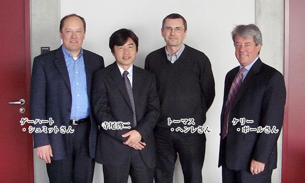 前マヌカヘルス 社長 (ケリー、右端) とその協力者