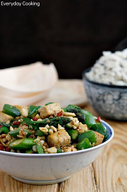 Tofu smażone po chińsku ze szparagami i papryką