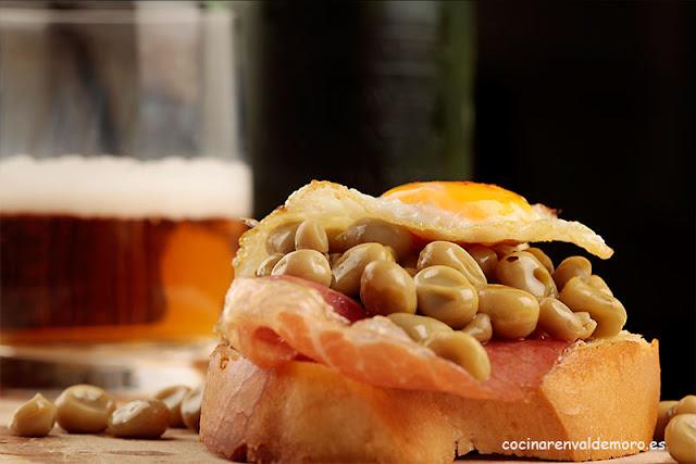 Deliciosa tapa que combina jamón, habitas y huevo de codorniz