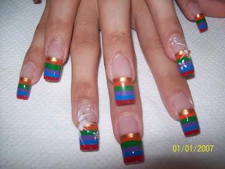 modelo de uñas flores y rayas colores