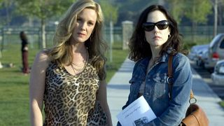 Elizabeth Perkins si Mary-Louise Parker