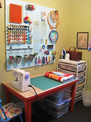 Small sewing area in the corner of a room pinterest - Small space sewing area style ...