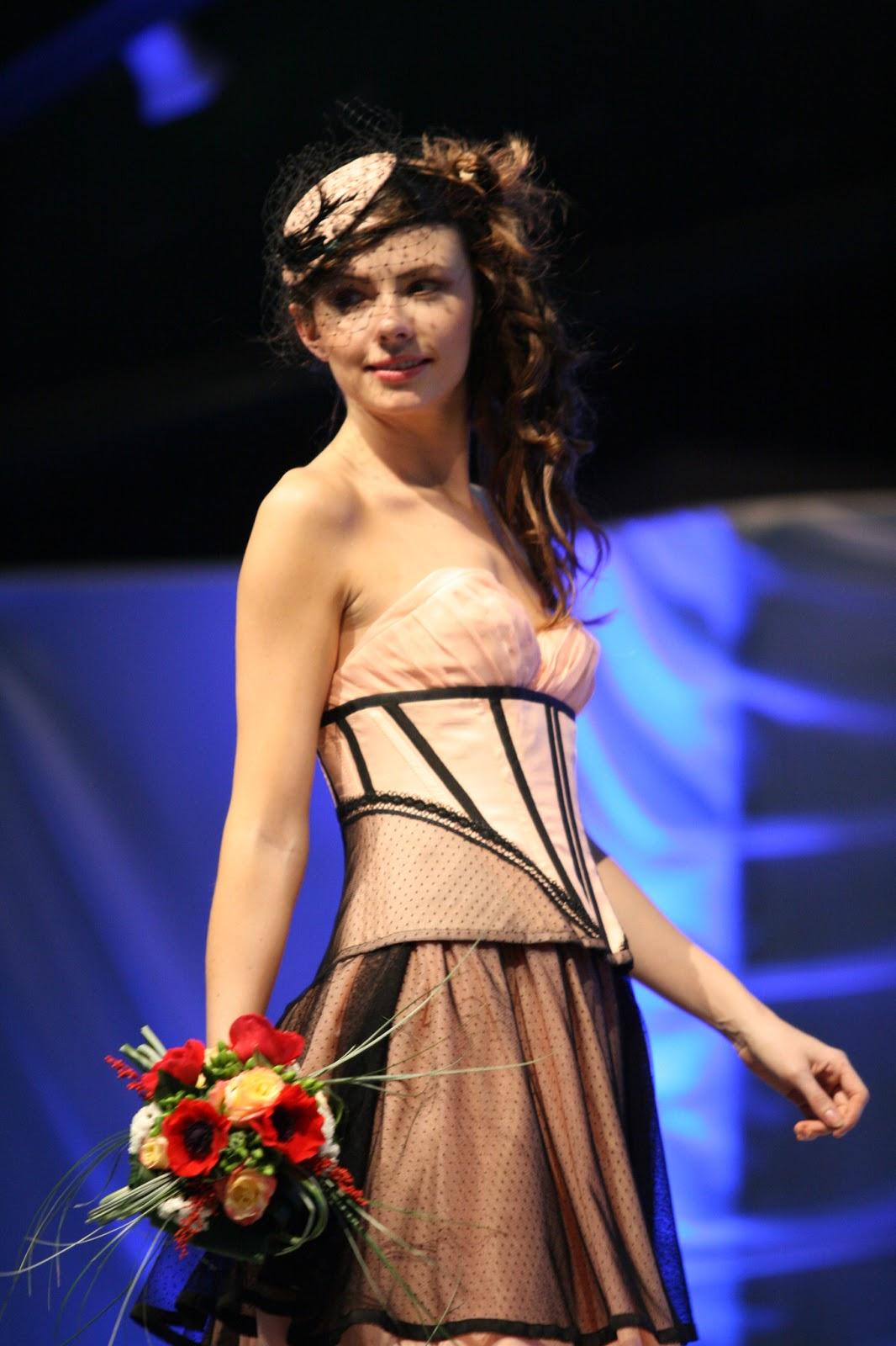 cortana costumes et corsets plumetis robe de mari e rose poudre et noire. Black Bedroom Furniture Sets. Home Design Ideas