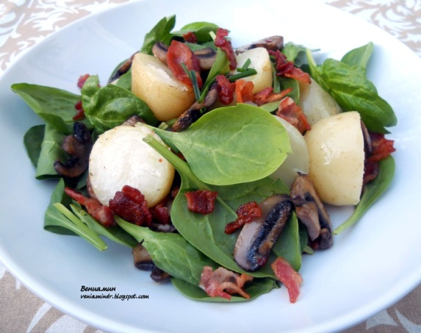 Теплый салат с картофелем, шампиньонами и хрустящим беконом