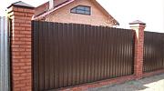 Забор из профлиста с кирпичными столбами. Фото 30