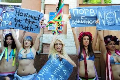 полуобнаженные девушки протестуют