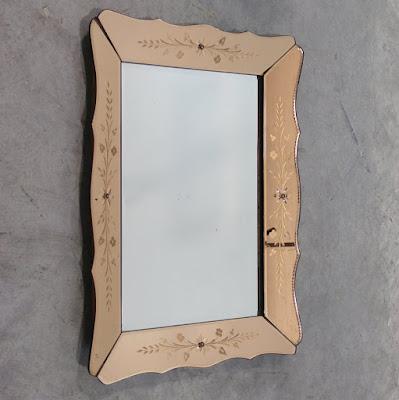 Espejo veneciano enmarcado en rosa