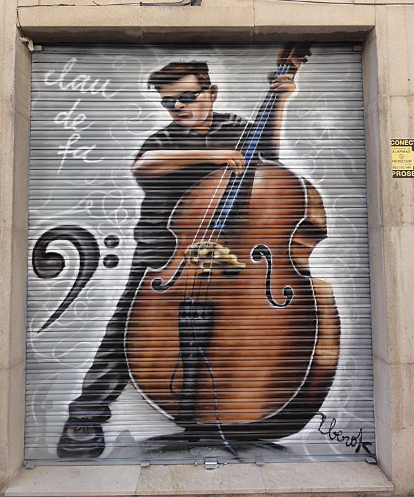 Santa Coloma de Gramanet persiana graffiti-contrabajo
