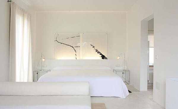 habitacion doble blanca y con ventana