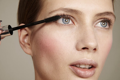 photographe beauté paris, woman applying mascara, clean skin, anna iaryn model
