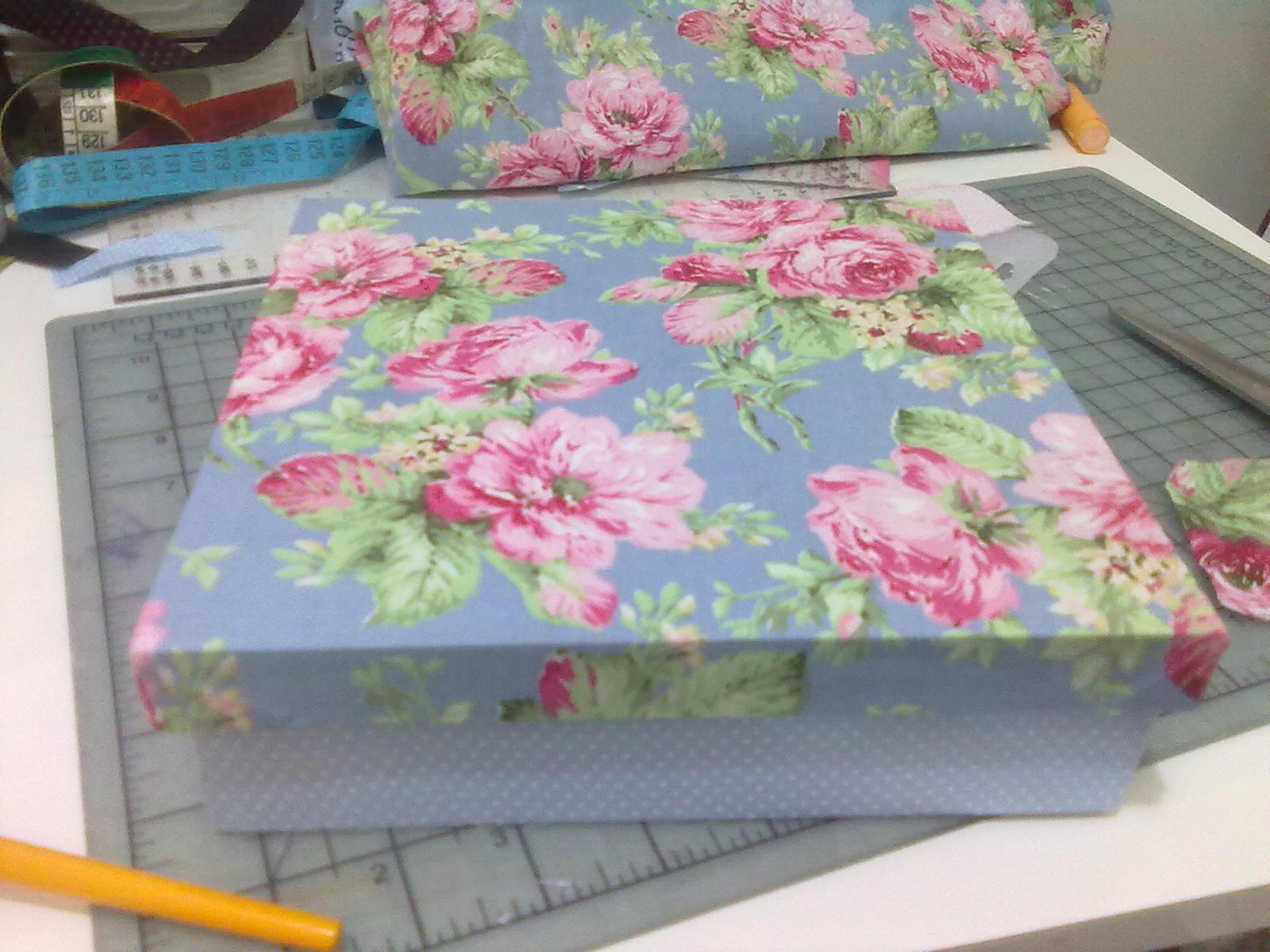 Stella Hoff Patchwork: Mais uma caixinha de MDF com tecido! #8F3C60 1600x1200