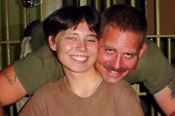 Charles Graner con su novia.