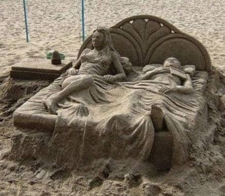 Patung Pasir Unik dan Aneh suami istri
