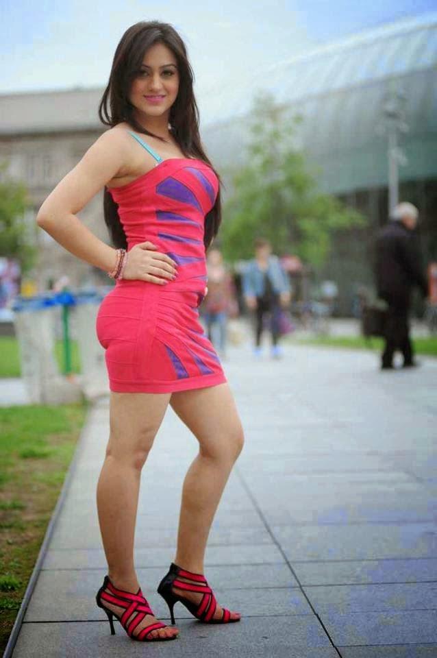 صورة عارضة أزياء بالأحمر