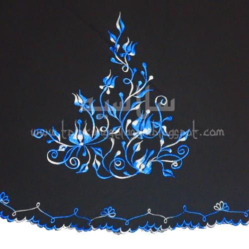 Telekung Vietnam tanah hitam, bunga biru putih sulam bunga timbul