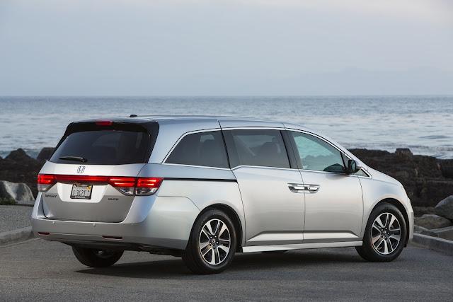 Rear 3/4 view of 2016 Honda Odyssey